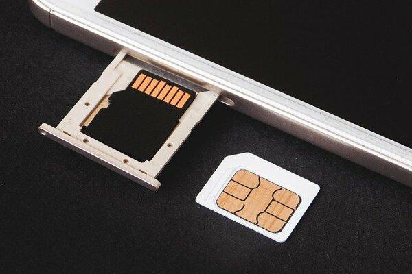 スマホを使うのに必須?SIMカードってそもそも何なの?